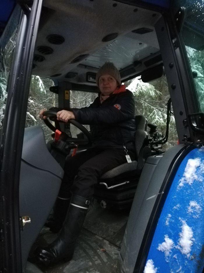 Helsingin Klubitalon työntekijä Auli Kuningas traktorin ratissa.