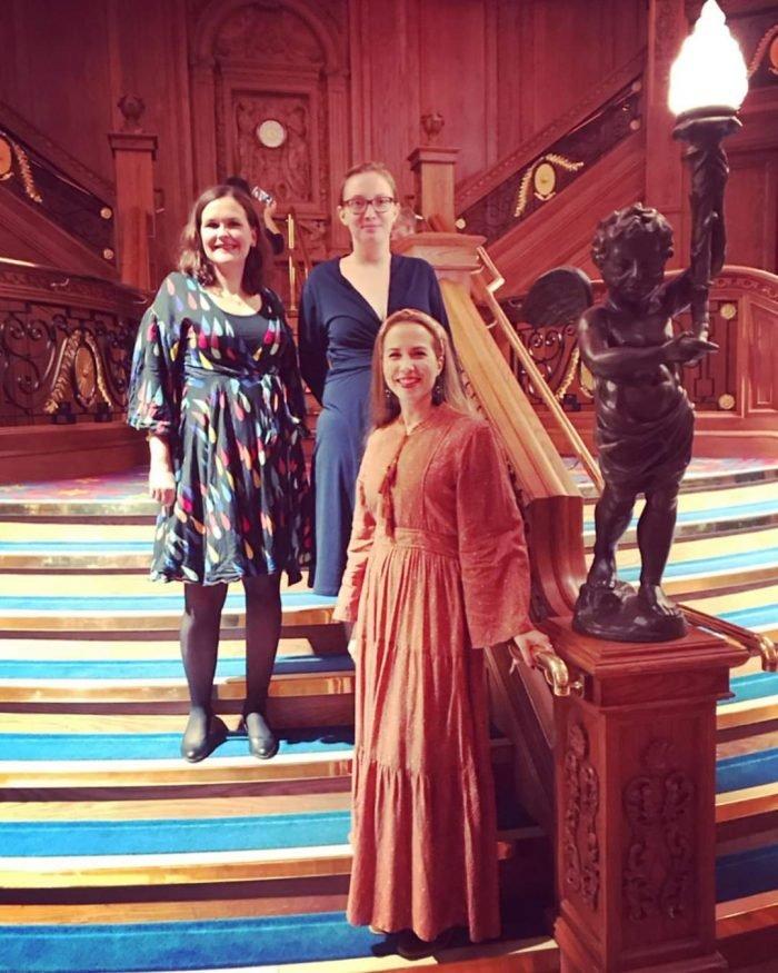 Sonja, Päivi ja Peppi Titanic-museon portailla.