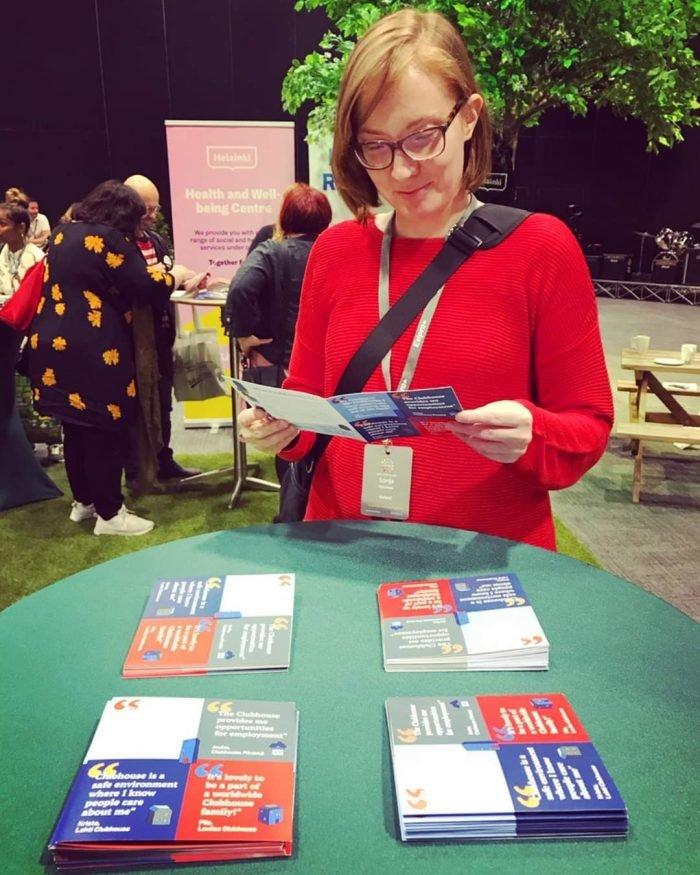 Sonja lukee Suomen Klubitalot ry:n esitettä.